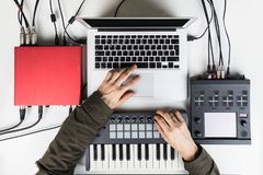 Musique moderne productrice et de mélange, battement faisant et s'chargeant du contenu audio avec des contrôleurs de logiciel Photos stock