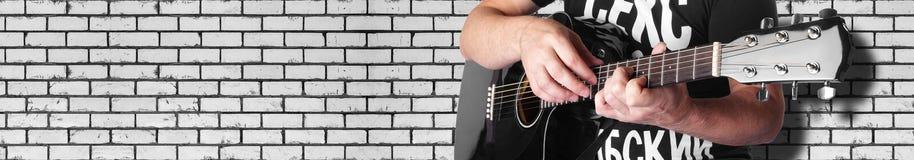 Musique - mur de briques électrique noir de guitare acoustique Photo stock