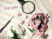 Musique pour l'âme feuille deux avec des notes de score et un bouquet de photographie stock