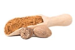 Muskatnusspulver in der Schaufel lizenzfreies stockfoto