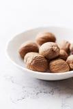 Muskatnuts im kleinen Behälter Lizenzfreie Stockfotografie