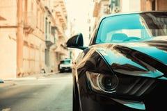 Muskelauto in einer schmalen Straße lizenzfreie stockfotos