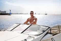 Muskelmann auf einem Boot Lizenzfreie Stockfotos