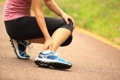 muskeln för closeupskadabenet smärtar för sportfläck för löpare running trycka på för lår