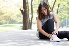 muskeln för closeupskadabenet smärtar för sportfläck för löpare running trycka på för lår Kvinnan med smärtar i ankel, medan jogg Arkivbilder