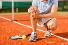 muskeln för closeupskadabenet smärtar för sportfläck för löpare running trycka på för lår Arkivfoto