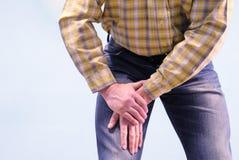 Muskeln smärtar i låret Mannen grep hans lår i en passform av smärtar Lider från sjukdomar av skarvar och ligament mot som kroken arkivfoto