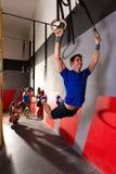 Muskeln ups svängande genomkörare för cirkelman på idrottshallen royaltyfri fotografi