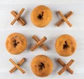 Muskelryckning Tac Toe med Donuts och kanel royaltyfri fotografi