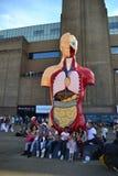 Muskelskulptur am Tate Modern, London Stockbilder