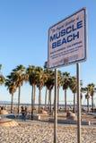 Muskelstranden undertecknar in Santa Monica Beach, Kalifornien Royaltyfri Bild