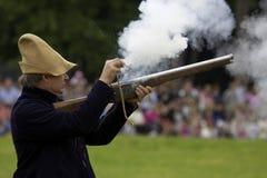 Muskete, die von einem Mann abgefeuert wird Stockbilder