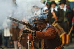 Musketier, der ein Arquebuse abfeuert lizenzfreie stockfotografie