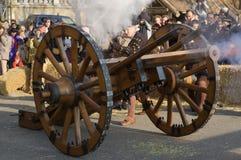 Musketiers die kanon in brand steken in Carnaval van Escalade Stock Afbeeldingen