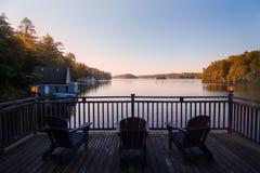 Muskoka椅子三重奏在一个露台俯视的湖约瑟夫的在黎明 免版税库存图片