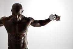 Muskulös afrikansk konditionmodell som utarbetar med hantlar Royaltyfri Fotografi