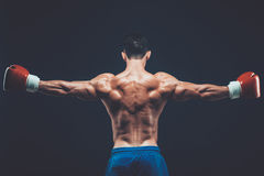 Muskulös boxare i studioskytte, på svart bakgrund Royaltyfri Bild