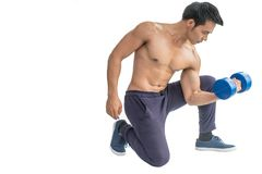 Muskulös idrotts- kroppsbyggarestående av en ung sund man Arkivbilder
