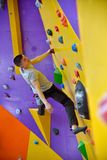 Muskulös klättrareman som klättrar upp Royaltyfria Bilder