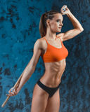 Muskulös konditionkvinna, sund livsstil, färdig kroppsbyggare för kors, idrotts- kropp för ` s, slut upp av barn med skivstången  Arkivfoto