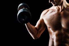 Muskulös konditionman - kroppsbyggare med hanteln royaltyfria foton