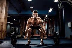 Muskulös konditionman som gör deadlift en skivstång i modern konditionmitt Funktionell utbildning Arkivfoton