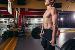 Muskulös konditionman som gör den tunga Deadlift övningen Arkivfoto