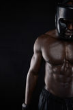Muskulös kropp av den afrikanska manliga boxaren Arkivbilder