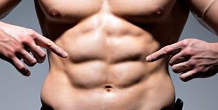 Muskulös kropp av den unga sexiga mannen. royaltyfri fotografi