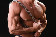 Muskulös kroppsbyggare med kedjan Royaltyfria Foton