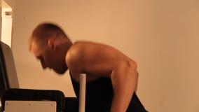 Muskulös kroppsbyggaregrabb som gör övningar arkivfilmer