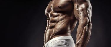 Muskulös kroppsbyggaregrabb som gör övningar med hanteldisketten royaltyfria foton