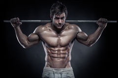 Muskulös kroppsbyggaregrabb som gör övningar med hantlar Fotografering för Bildbyråer