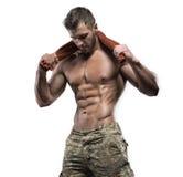 Muskulös kroppsbyggaregrabb som isoleras över vit bakgrund royaltyfri fotografi
