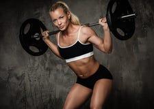 Muskulös kroppsbyggarekvinna Royaltyfria Foton