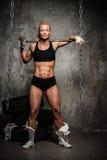 Muskulös kroppsbyggarekvinna Arkivfoto