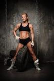Muskulös kroppsbyggarekvinna Fotografering för Bildbyråer
