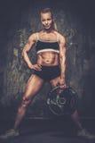 Muskulös kroppsbyggarekvinna Arkivbilder