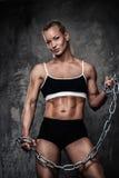 Muskulös kroppsbyggarekvinna Royaltyfri Foto