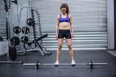 Muskulös kvinna med skivstången royaltyfri bild
