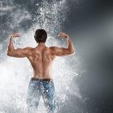 Muskulös man för kroppsbyggare fotografering för bildbyråer