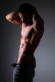 Muskulös man för stående på svart bakgrund Royaltyfria Bilder