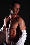 Muskulös man för stående på svart bakgrund Royaltyfria Foton