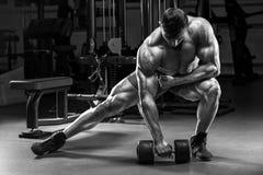Muskulös man, i att utarbeta för idrottshall Stark manlig kroppsbyggare arkivbild