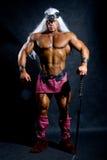 Muskulös man i avbilda som baseras på det barbar- svärd. Arkivbild