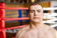 Muskulös man i blod, når att ha slagits arkivfoto