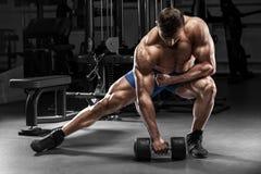 Muskulös man i idrottshall, kroppsbyggare Stark manlig naken torso som utarbetar royaltyfri bild