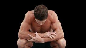 Muskulös man med armar korsat se ner stock video
