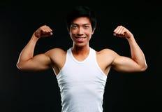 Muskulös man med armar som ut sträcks Arkivfoto