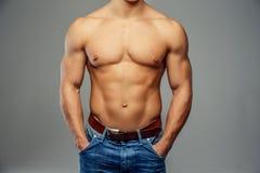 Muskulös man med den nakna torson Royaltyfri Foto